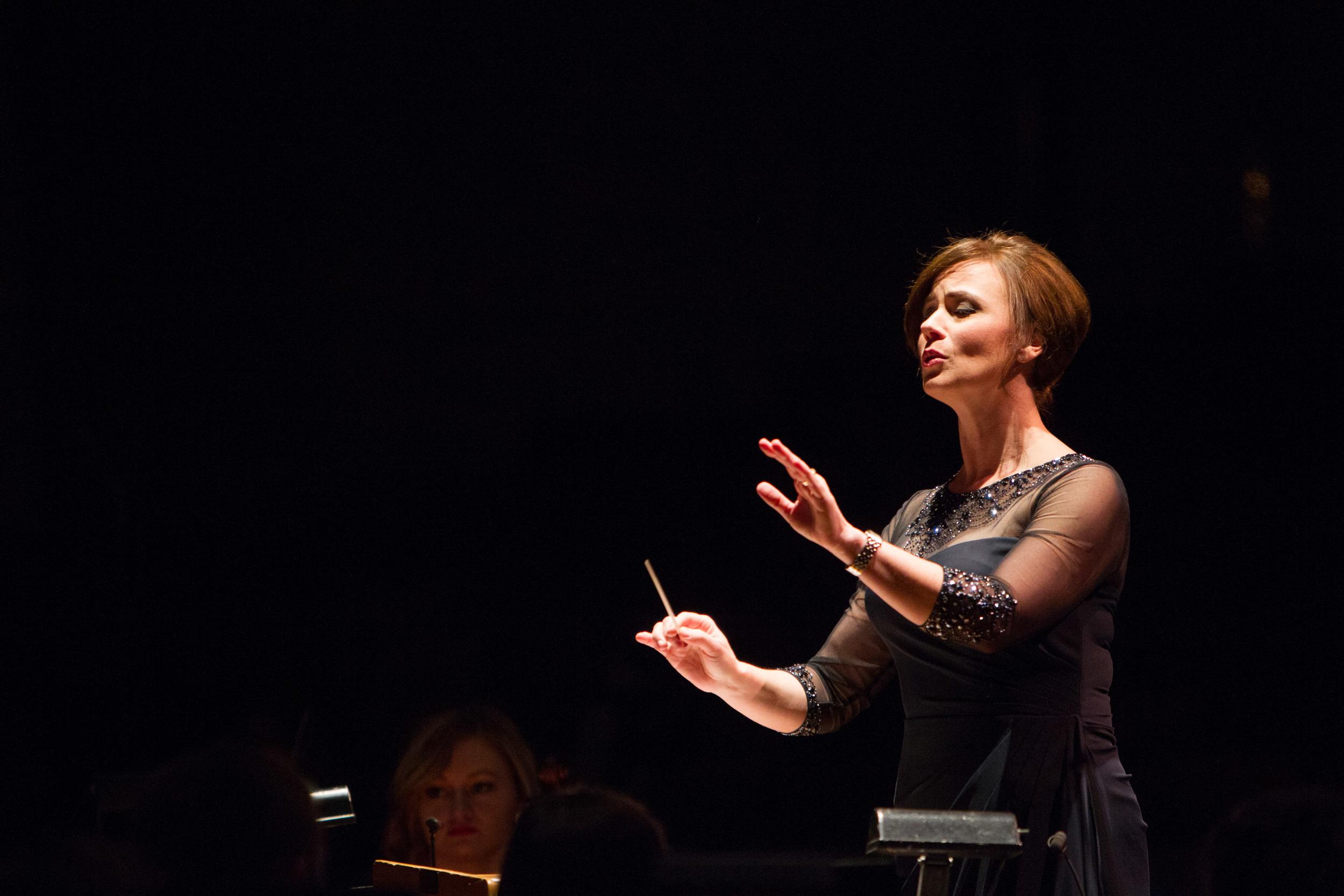 Jennaya Robison conducting.