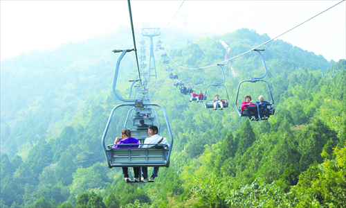 The serenity of a cable car ride up the mountain is only disturbed by the occasional blaring of Mandopop from passing visitors' cellphones. Photo: Tom Fearon/GT