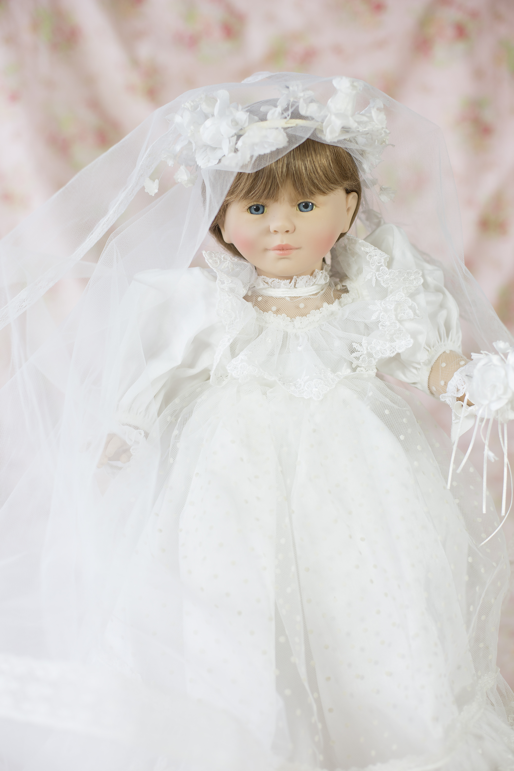 Corolle Doll. Angelique Bride Doll 1992, 508 Limited Edition signed by Catherine Reflabat. This doll has lovely brown real human hair and is beautifully detailed with a train that is approximately 4 feet long.