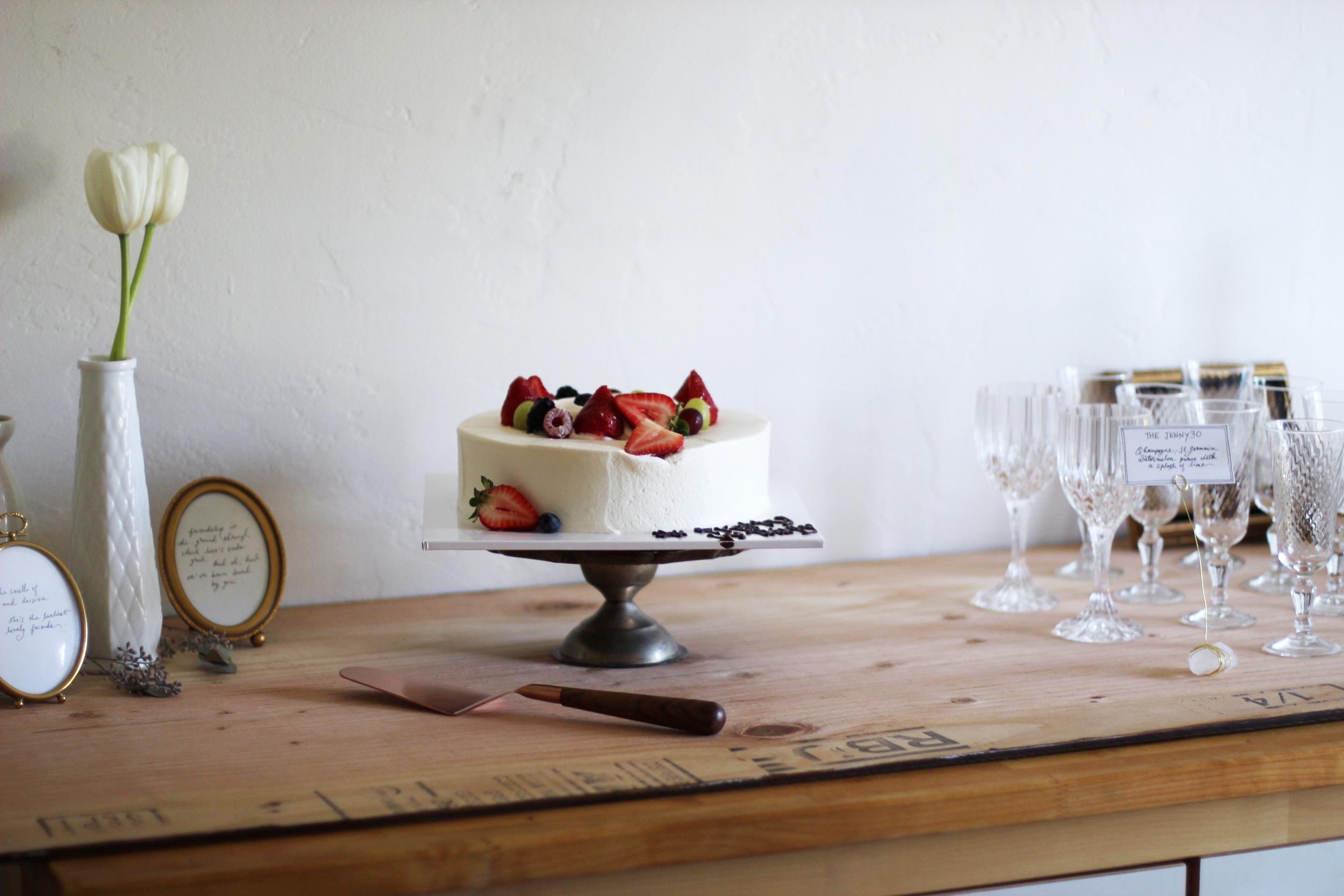 Minimal cake display