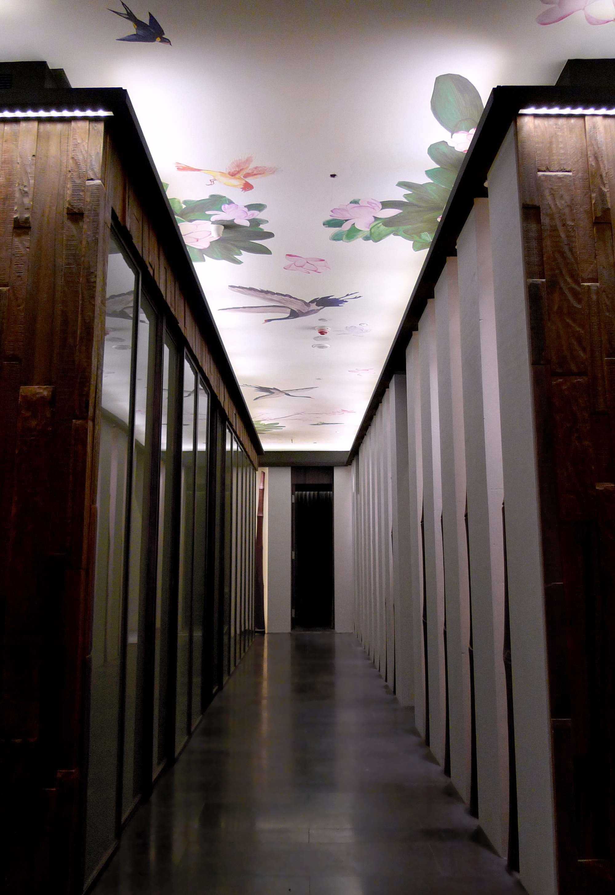 Elegant corridor at South Beauty Taipei Restaurant decorated by a China-inspired hand-painted artwork on the ceiling