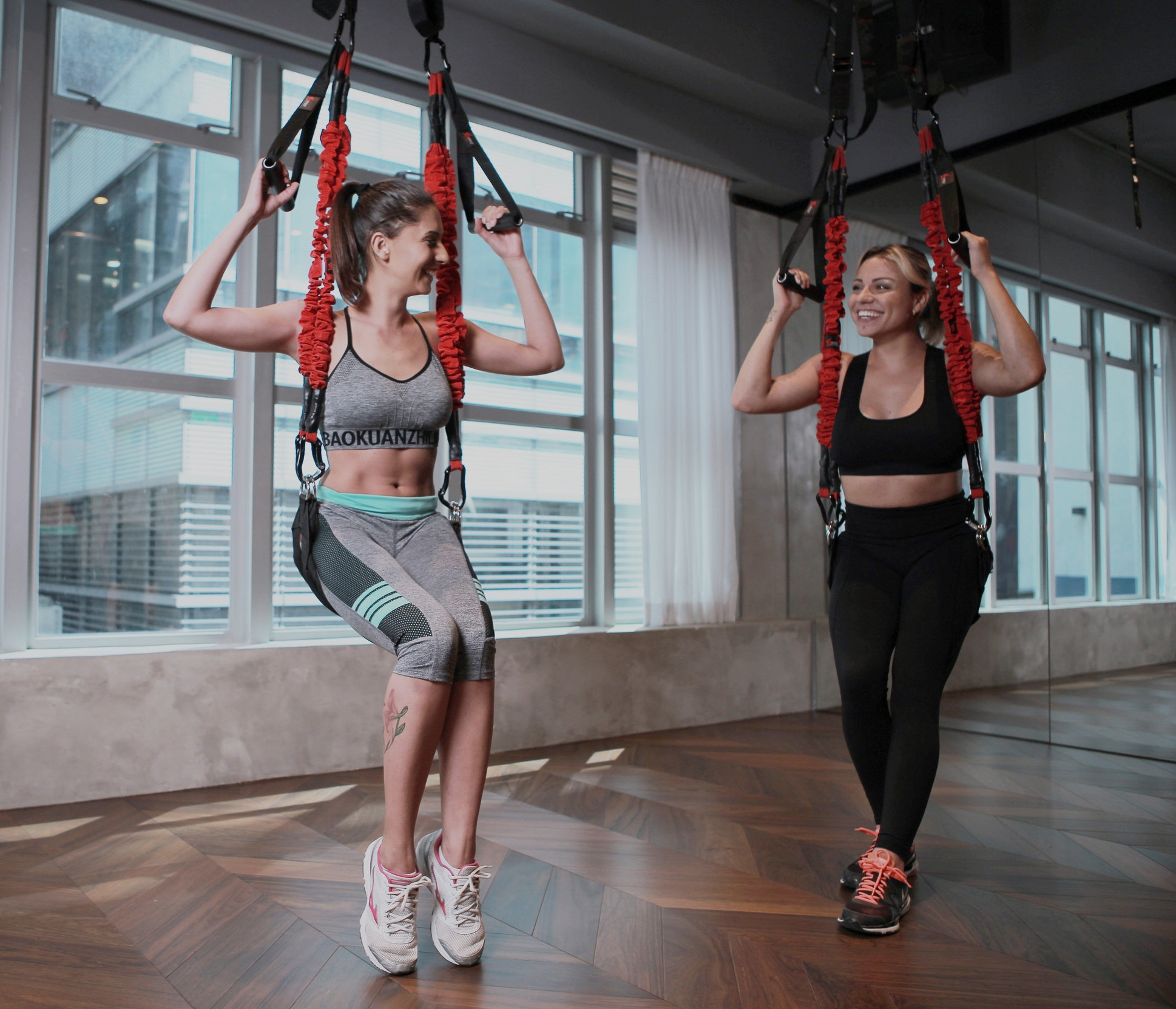 4D PRO BUNGEE The elasticity of the sling trainer supports the use of gentle, elastic movements aligned with the user's body weight. This makes training with this device even easier on your joints.