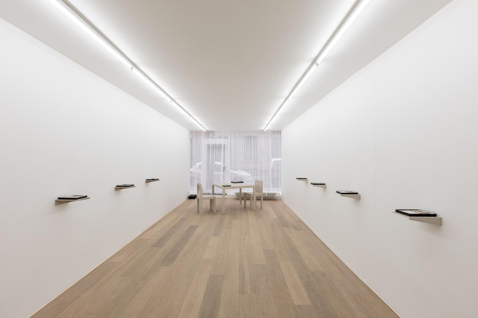 Juan Cañizares.  Une chambre. le ciel est bleu, le temps est bon  Exhibition view