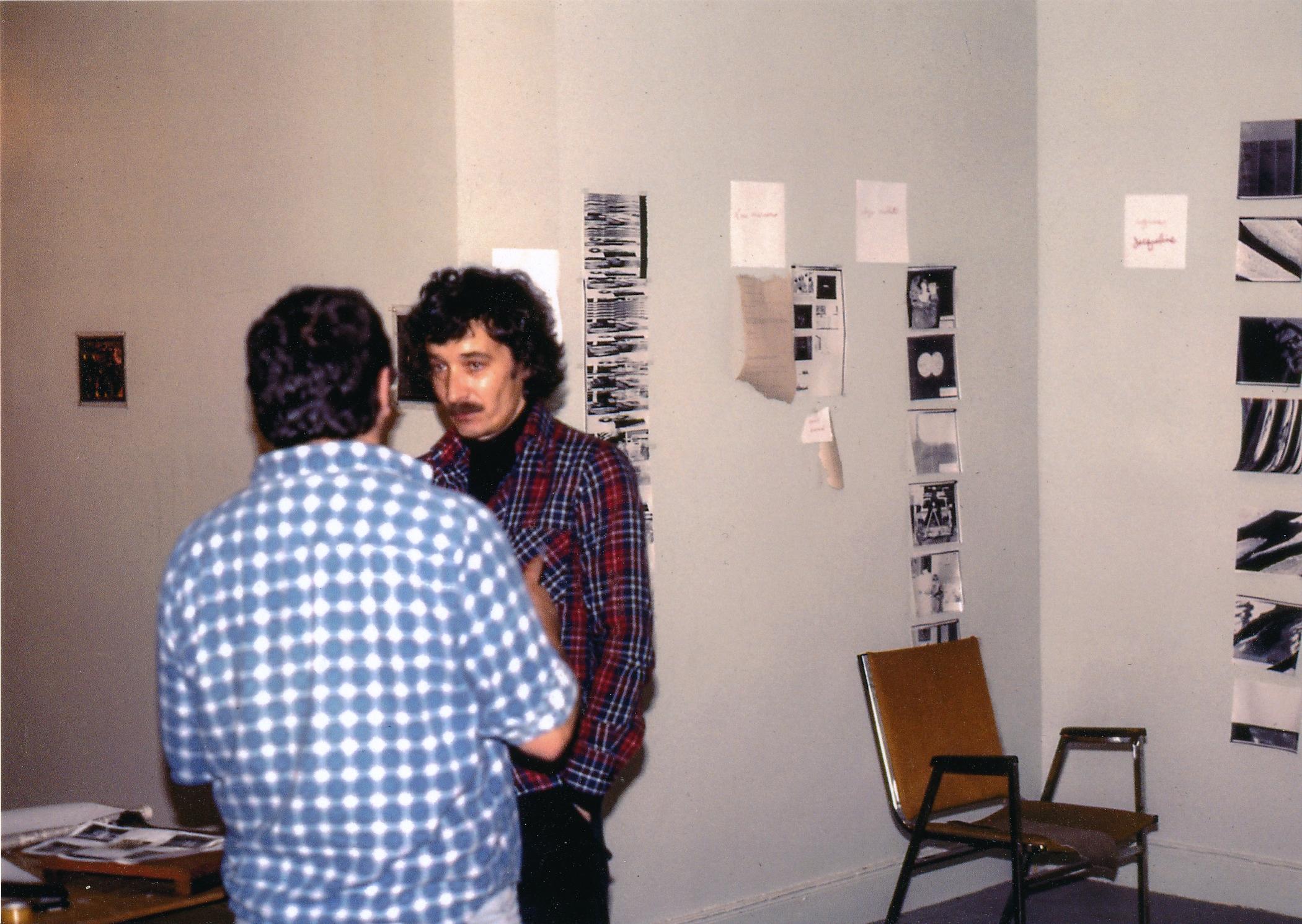Yvon Gallant et André Thériault devant l'installation des images envoyés par la machine photolaser.
