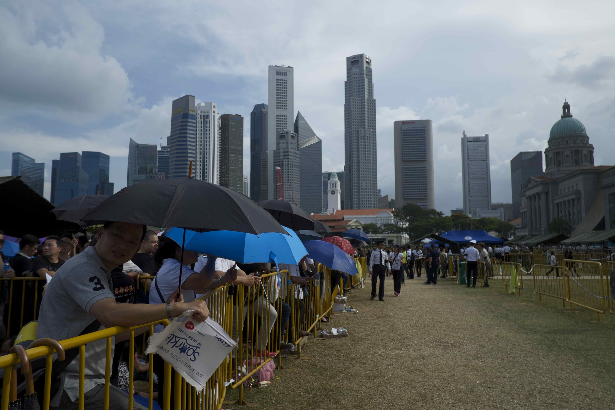 Thousands of Singaporeans wait in long lines to pay their last respects to the country's former Prime Minister Lee Kuan Yew, whose body was lying in state at the Parliament. (Credit: Dene-Hern Chen)