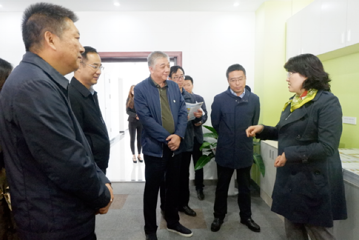 Ms. Li Jing, Secretary of the Party Working Committee of Yangling Agricultural Hi-Tech Industry Demonstration Zone (first right) communicate with Mr. Li, the founder of Kiwa at the Kiwa's headquarter in Yangling.