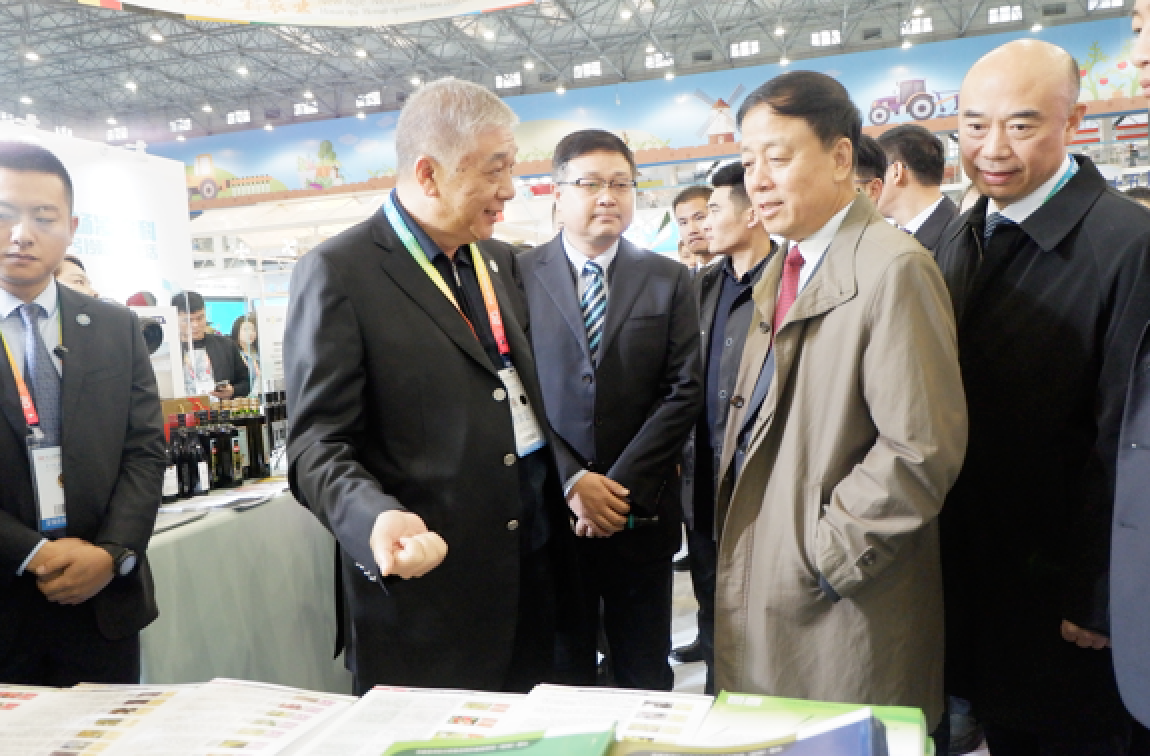 Mr. Weihua Wu, Vice Chairman of the National People's Congress (second from the front row), and Mr. Guozhong Liu, the governor of Shaanxi Province (front row, right), visited Kiwa's booth.