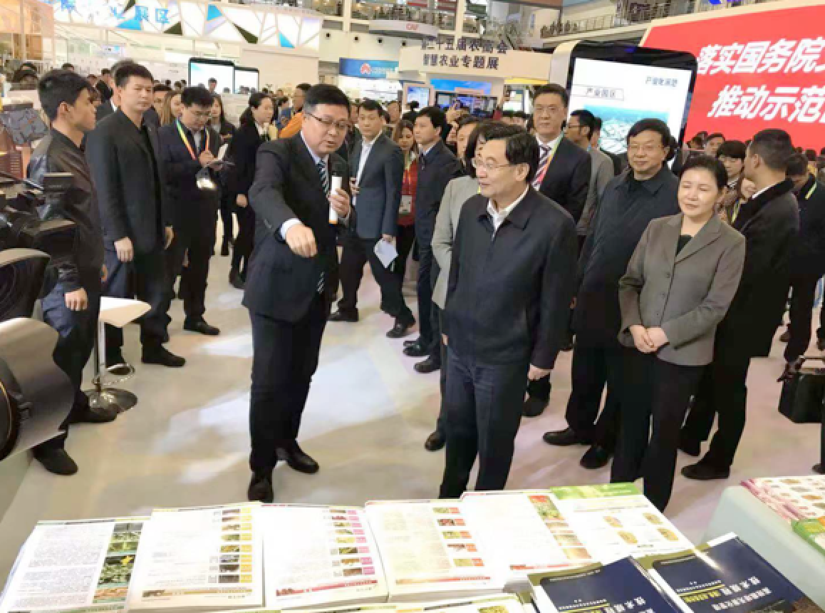 Mr. Heping Hu, the secretary of the Shaanxi Provincial Party Committee (the middle right in the front row), visited Kiwa's booth.