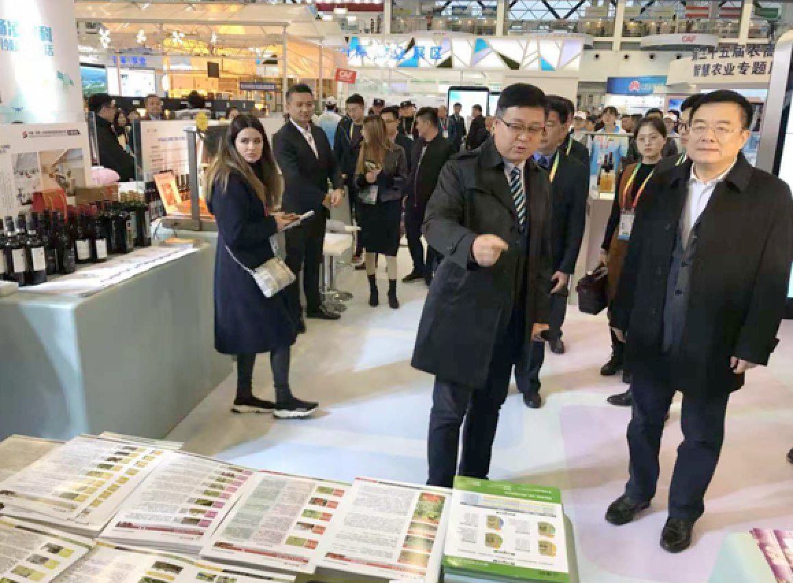 Mr. Gui Liang (first right), member of the Standing Committee of Shaanxi Provincial Party Committee and executive deputy governor, visited Kiwa's booth.