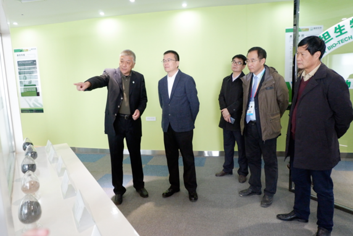 Mr. Wang Gang, Deputy Director of Shaanxi Provincial Free Trade Office ( second left ) , visited the Kiwa's headquarter in Yangling.