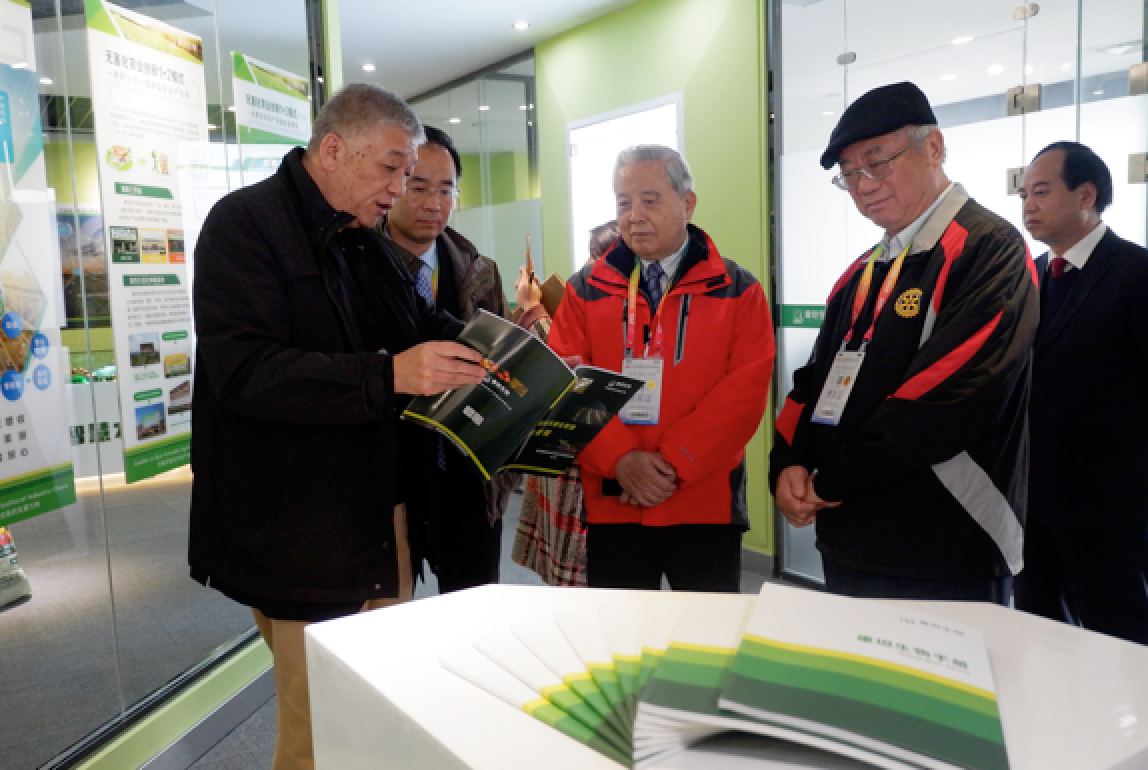 Mr. Baoji Chen, former Chairman of Taiwan's Agricultural Committee and Professor of Taiwan University ( second right), and Mr. Wenxi Wu, Member of the International Society of Plant Pathology and former Dean of Agricultural College of Taiwan University ( front row, center) , visited the Kiwa's headquarter in Yangling.
