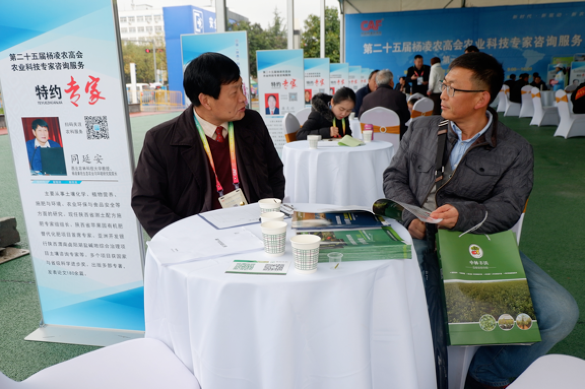 Participants are learning about Kiwa's agricultural innovation model and bio-technological products at Kiwa's booth.