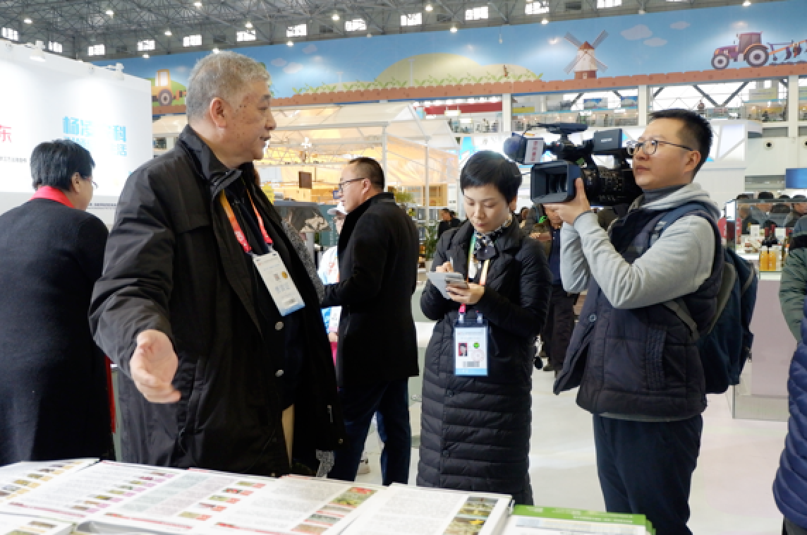 Mr. Li ( first left ), the founder of Kiwa is having an interview with reporters from Agriculture and Forestry TV.