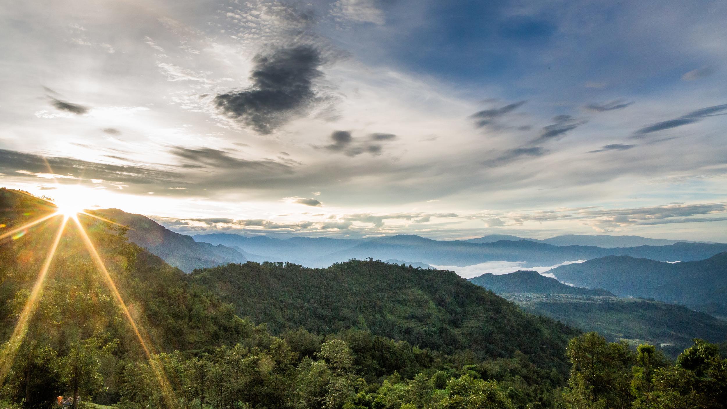 De ochtenden zijn prachtig. Het Nepalese middel gebergte biedt een prachtig decor van vergezichten.