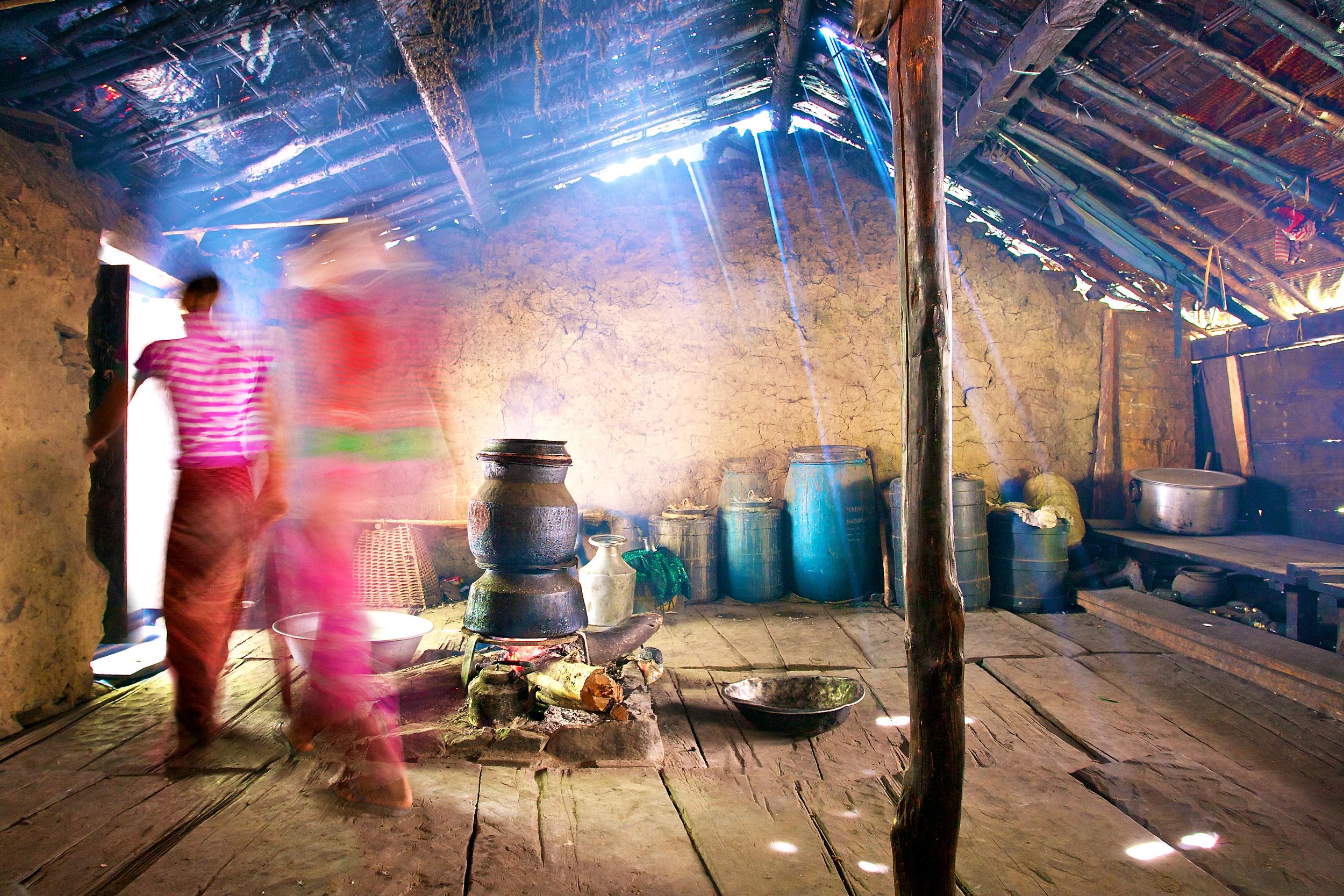 Een traditionele keuken waar de potten op het vuur staan om de lokale traditionele wijn te maken.