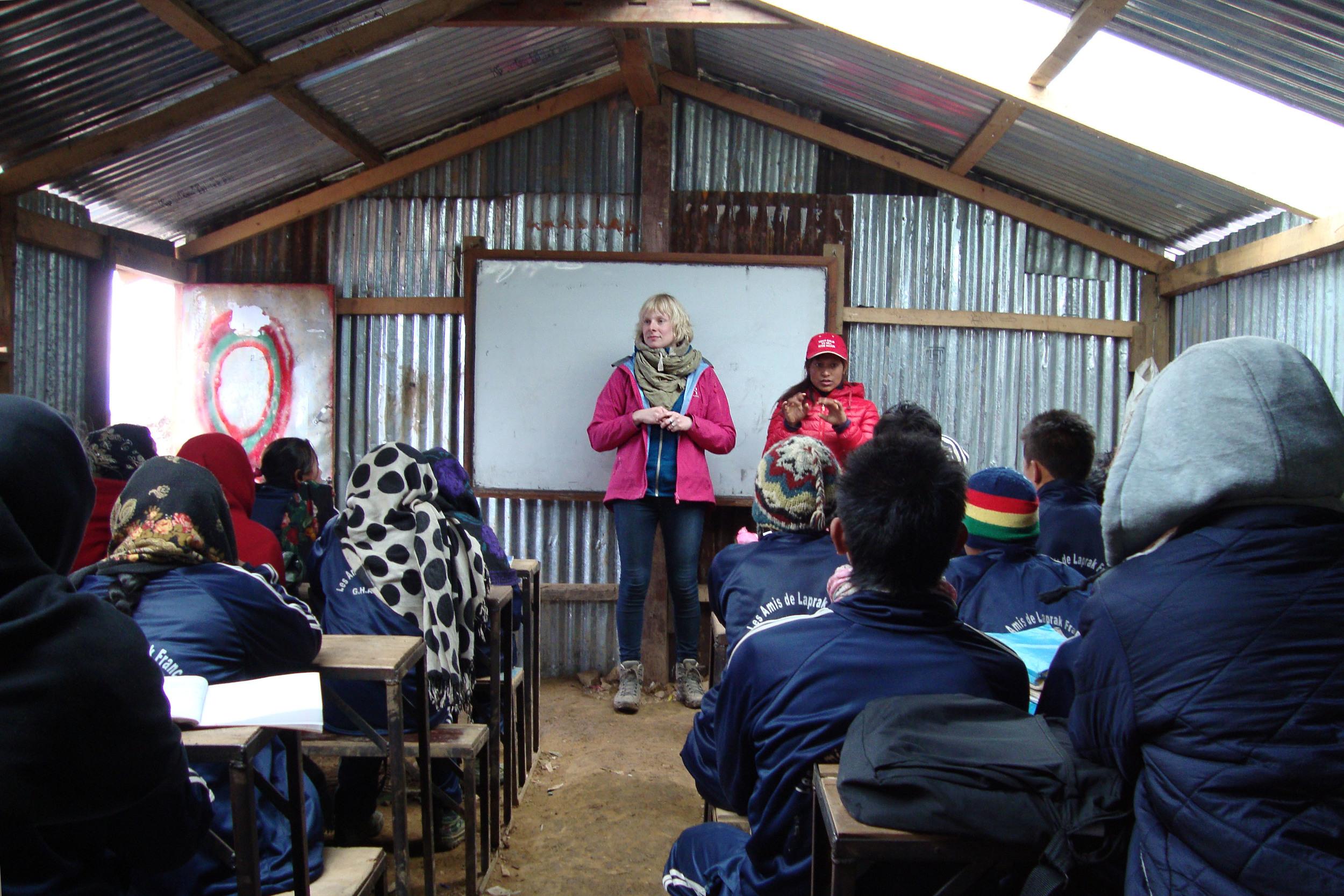 * EHBO-les aan één van de klassen in de tijdelijke school in Gupsi Pakha, Laprak