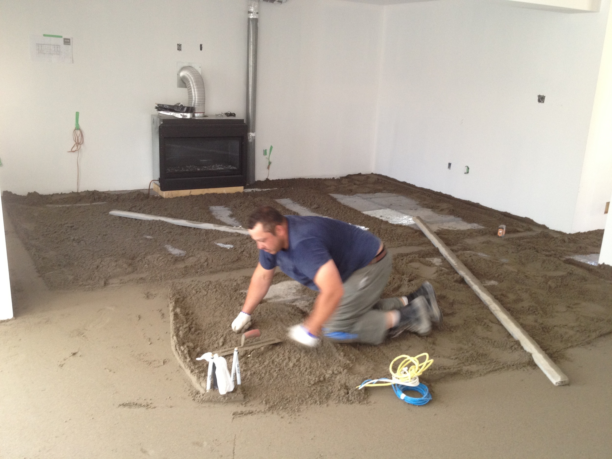 Floor levelling with dry pack