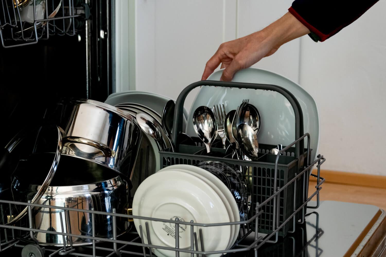 Jemand räumt achtsam eine Geschirrspülmaschine aus. (Foto: Clemens Pistauer / Erwin Sovkov)