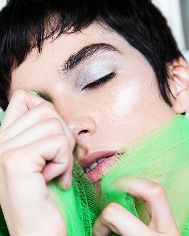 💎Close up look at a makeup and hair look in New Editorial for @cakemagazine #AVPbeauty  Using @milkmakeup + @hairstorystudio ••• Editorial photographer @enfoque_lumiere  Stylist @icloudchic  Model @klagallagher ••• #silvereye #skin #gloss #androgynous #cakemagazine #metalspring #brights #coolgirl #losangeles