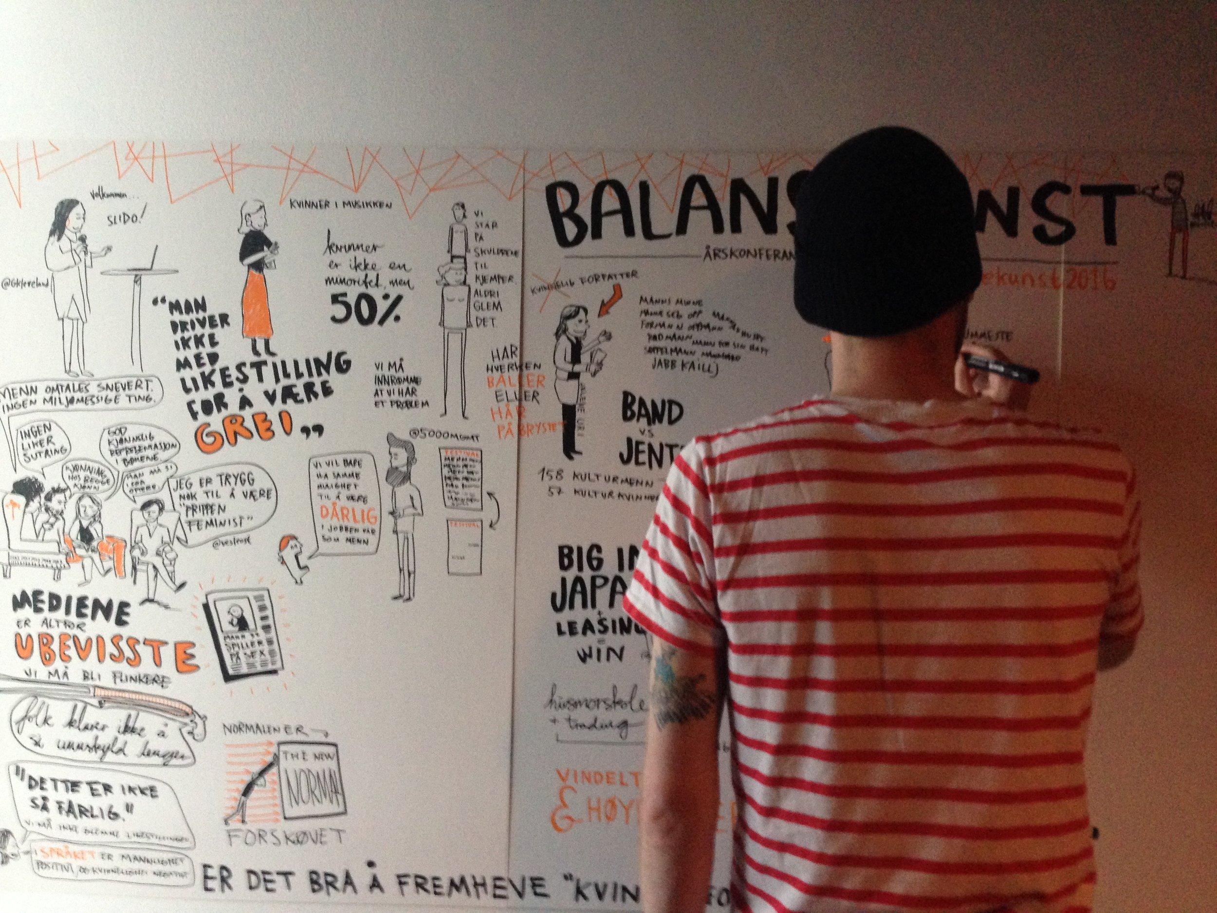 Tegner Ståle Gerhardsen førte referat fra hele konferansen – via tusj!Foto: Balansekunst
