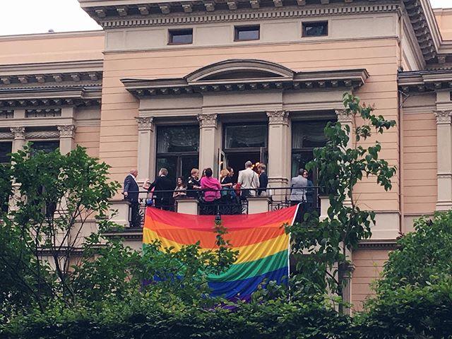 I dag er det 1. juli, og med det er Pride-måneden over.  Balansekunst var invitert av kultur- og likestillingsminister @trinesg til regjeringens årlige Pride-mottakelse, hvor regnbueflagget pyntet opp altanen på representasjonsboligen. Nå pakkes flaggene vekk, og selskaper og organisasjoner returnerer til sine vanlige, mindre fargerike profilbilder.  For oss er det Pride hele året. Kampen for like rettigheter, mangfold og skeiv kjærlighet fortsetter: Alle skal kunne leve sine liv fritt, uavhengig av kjønnsuttrykk, kjønnsidentitet eller seksuell orientering. Du kan støtte det viktige arbeidet som gjøres gjennom resten av året ved å donere en slant til for eksempel @foreningenfri eller @skeivverden.