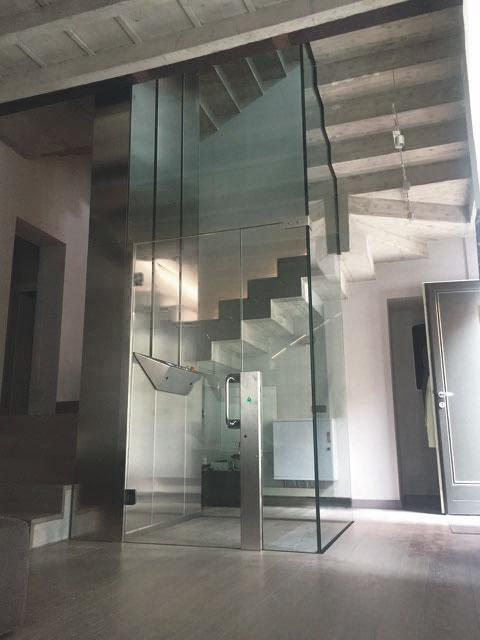 ④SI INSTALLA DOVE VUOI TU - Un ascensore condominiale così flessibile che può essere installato dove vuoi tu: in vani scale ridotti, ambienti dedicati o all'esterno... LINK E LINK HOME si adattano ai tuoi spazi..• LINK HOME richiede una fossa di soli 20 cm.• Castelletto panoramico in struttura metallica e cristallo.• Non richiede vano macchine.