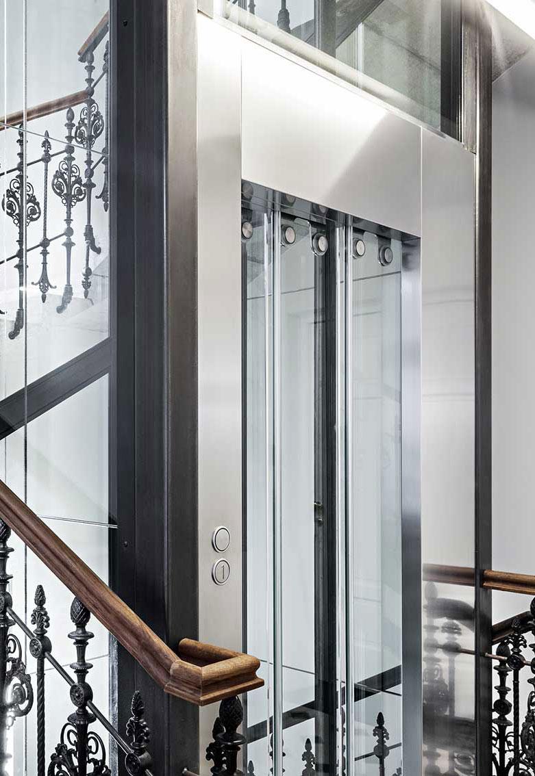 ① CONSUMI, DIMENSIONE - LINK è un'ascensore condominiale dotato di tutti i comfort e progettato nel rispetto dei principi di Risparmio Energetico e Compatibilità Ambientale.CONSUMO RIDOTTOLINK HOME fino al 70% in meno rispetto ad altri ascensori, permette di non aumentare il contatore condominiale attuale.PICCOLE DIMENSIONILe sue piccole dimensioni (bastano 65 cm di larghezza tra le scale per inserire l'elevatore) lo rendono adatto a tutti i tipi di edifici: abitazioni private, uffici, luoghi pubblici o condomini.