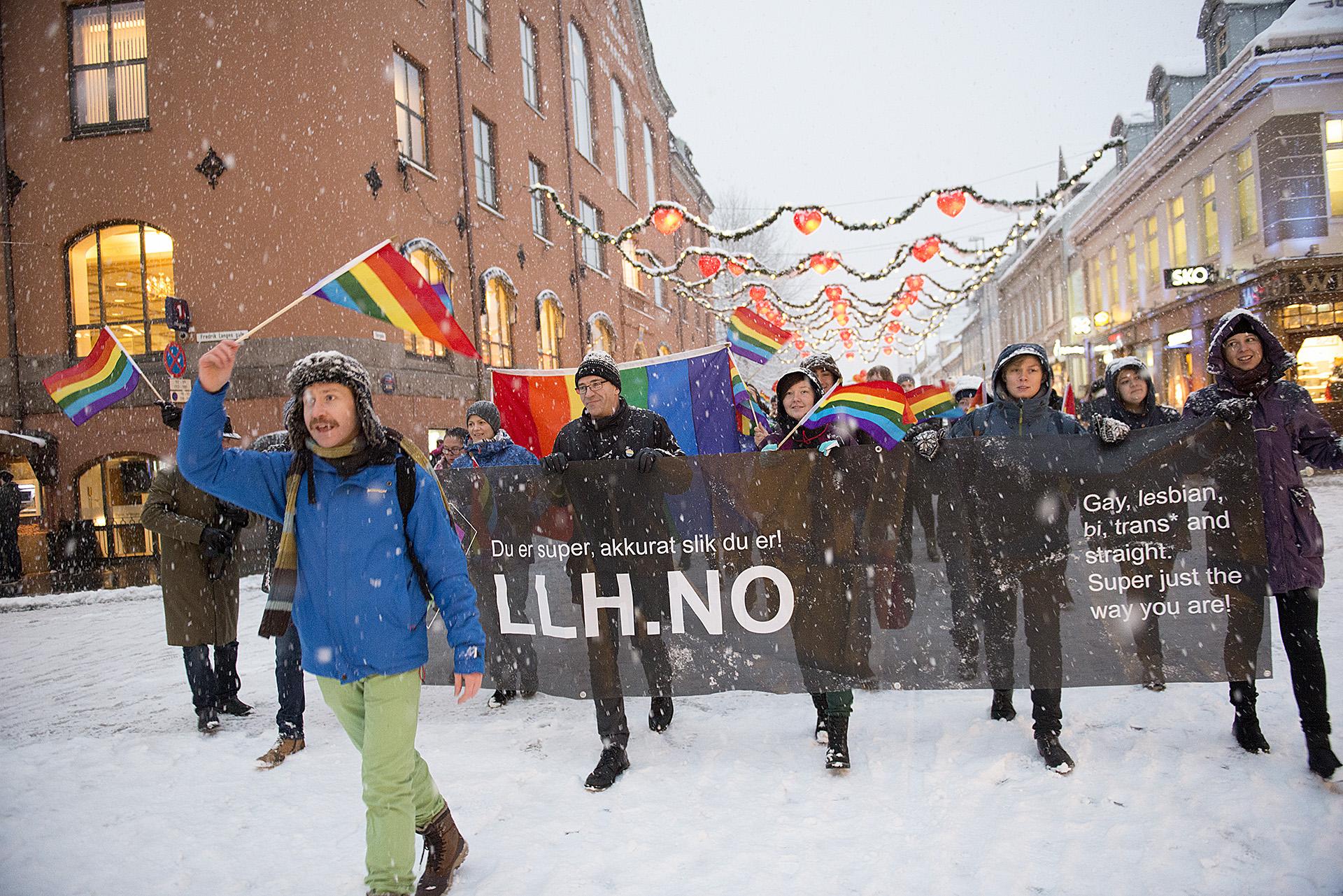320 fargerike mennesker deltok i paraden under Tromsø Arctic Pride.