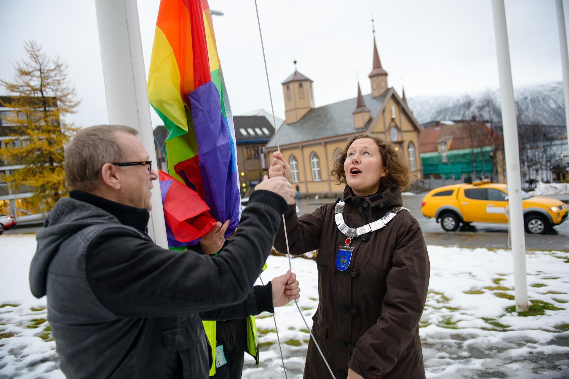 Heising av regnbueflagget utenfor rådhuset ved ordfører Kristin Røymo og festivalsjef Stein Sebastian Fredriksen. Alle foto: Lars Åke Andersen.