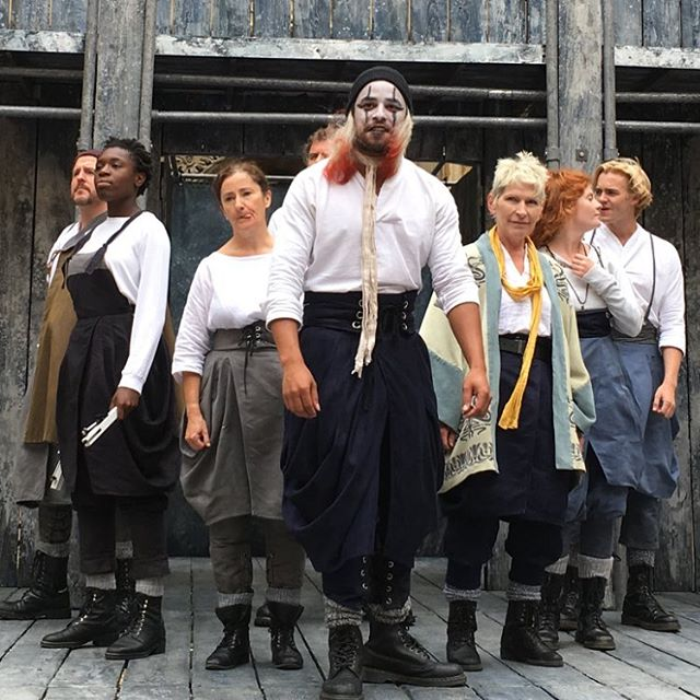 If you're anywhere near Oxford tonight or in Lincoln, Alnwick or Cambridge in the next month, go see Shakespeare's Globe on Tour. You won't regret it. At the start of each performance the audience votes for the play they want to see (Twelfth Night, The Taming of the Shrew or The Merchant of Venice) and then this amazing, talented bunch of consummate actors perform the popular choice. We saw Twelfth Night this afternoon. It was two and a quarter hours of spellbinding magic, in the Bodleian Library quad and it was superb. Louis and I are still buzzing. 😊#hoorah #shakespearesglobe #outdoortheatre #bodleian