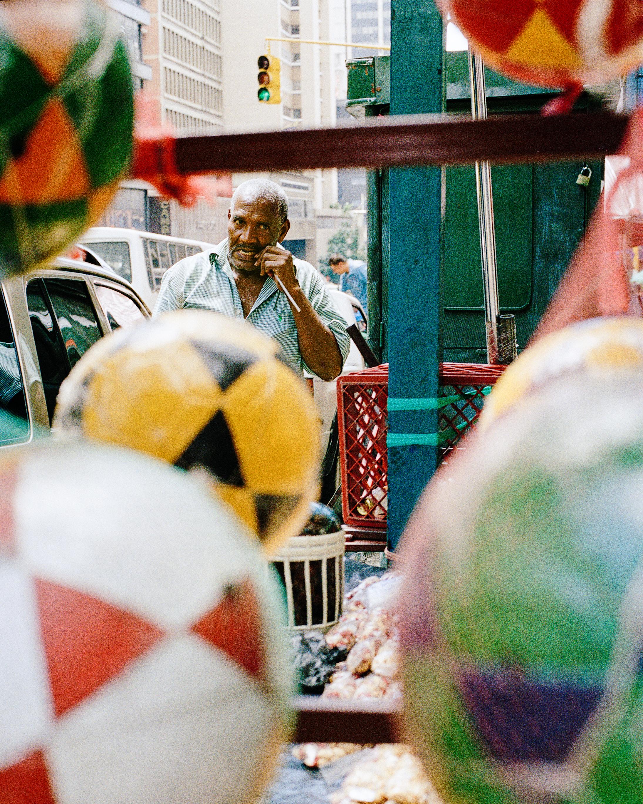 Vendedor ambulante. Caracas, Venezuela. 2007. Una de mis primeras experiencias en las calles caraqueñas.