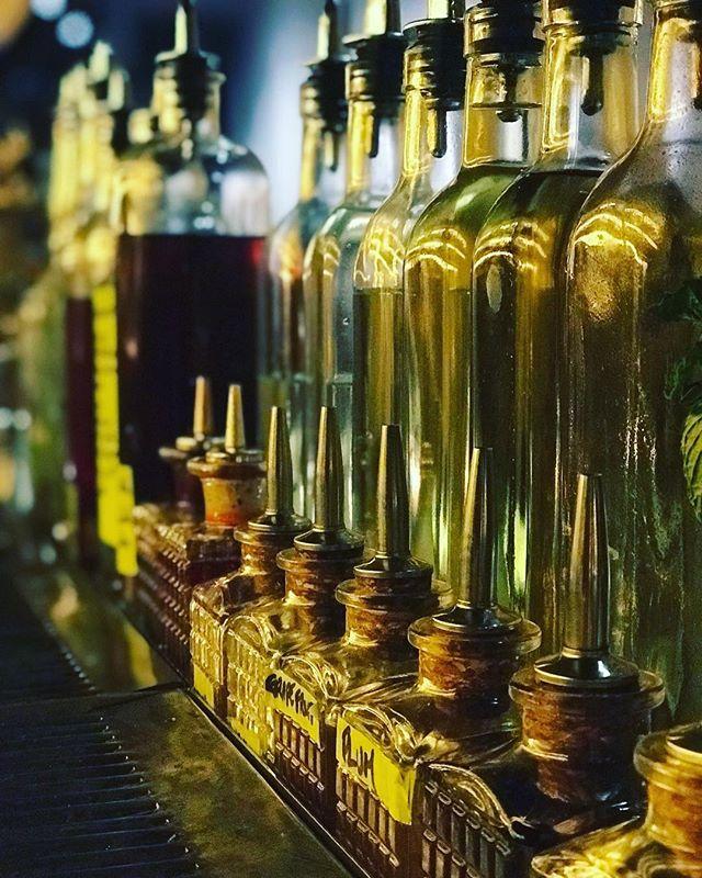 Who needs a cocktail to start the weekend right?⠀ .⠀ .⠀ .⠀ .⠀ .⠀ .⠀ #cocktail #cocktailbar #craftcocktails #classiccocktails #garnish #barlife #bartender #draaaaanks #drinks #creativecocktails #igdrinks #igcocktails #drinkstagram #drinkoftheday #bar #mixology #nycfood #nycdining #nyc #nycfoodie #eeeeeats #cocktailporn #kingsleynyc