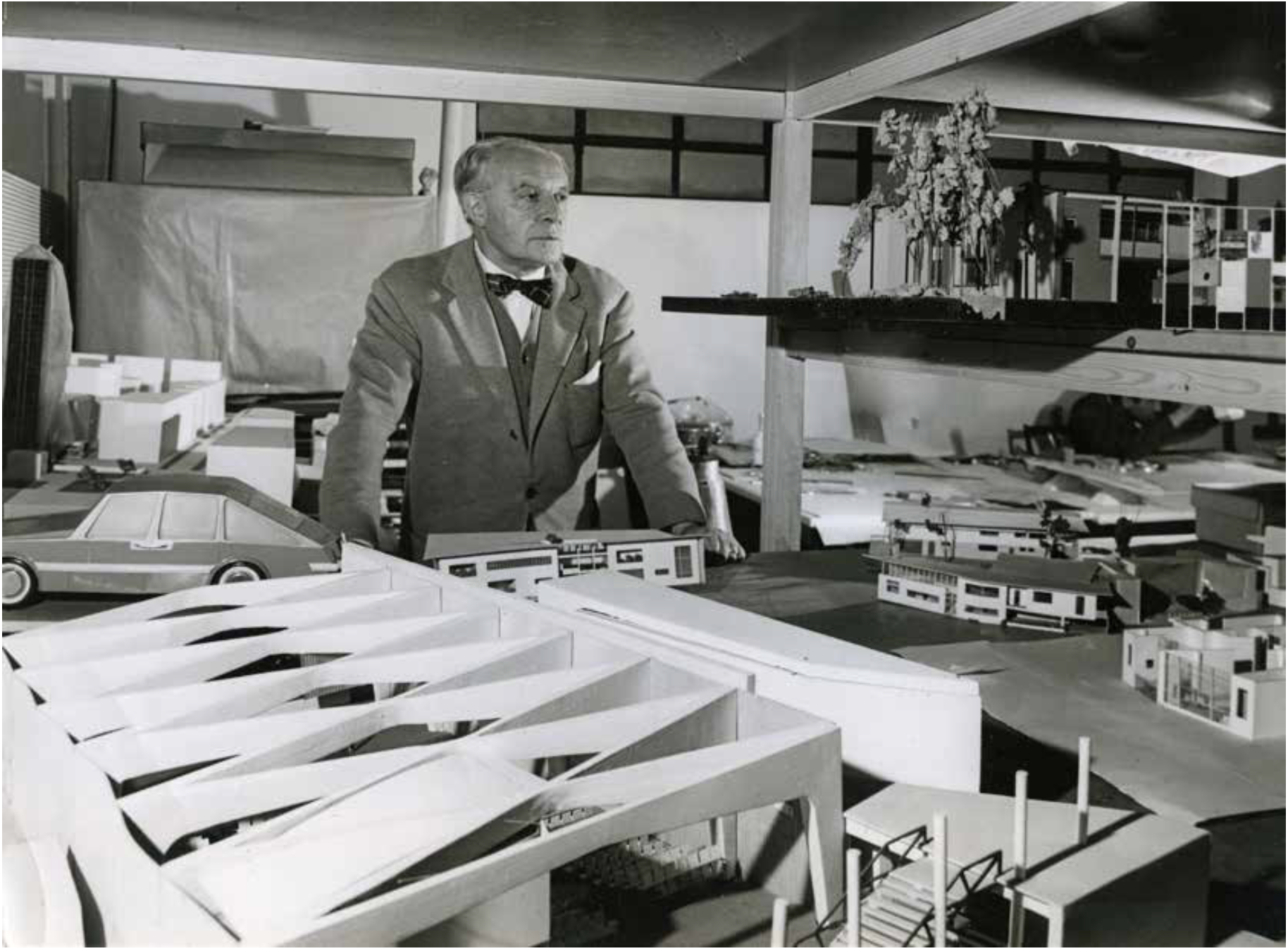 Giò Ponti in his studio, Via Dezza, Milan, 1950s. Courtesy:  Giò Ponti Archives .