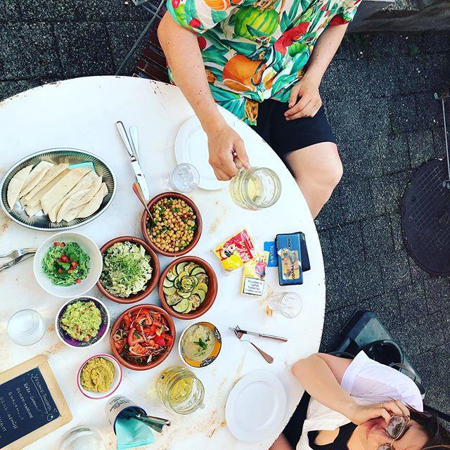 🌷VEGANPARADISE🌷 Heute ab 18.00 Uhr gibts wieder vegane Tavolata für nur 35.00 Sfr. (Salat und Dessert inklusiv). Garten ist offen für euch! Chum au, s'isch huere fein! • • • #vegan #bliss #veganparadise #summer #summerinthecity #gartenwirtschaft #summerbeiz #züri #zürich #zürifäscht #zürifäscht2019 #love
