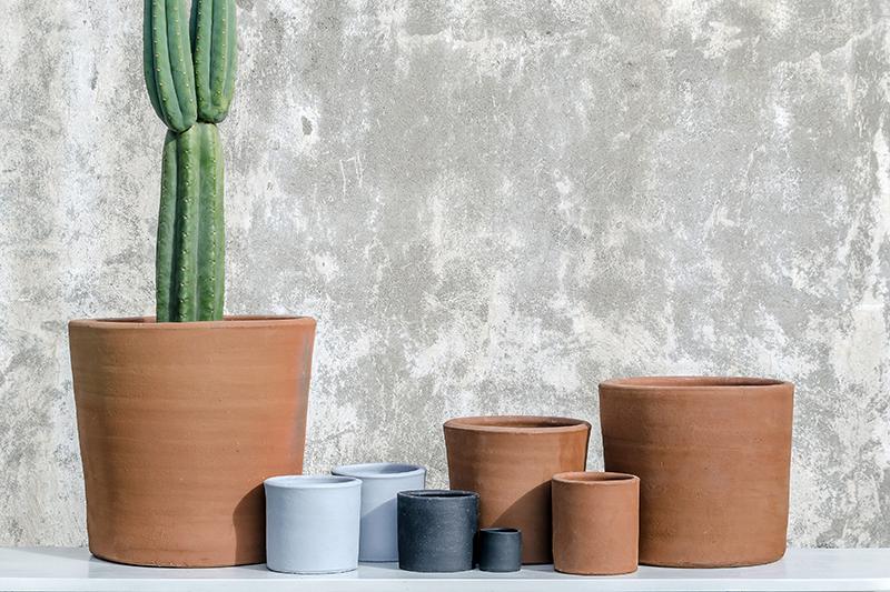 BÁSICOS - La versátil línea Básicos cuenta con nueve formatos que llegan a los 50 centímetros de diámetro, adaptables perfectamente a cualquier espacio abierto o cerrado de tu jardín.