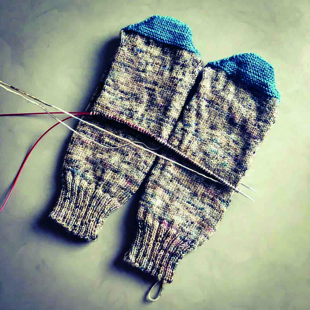 How_to_knit_socks_two_at_a_time - Mina Philipp.JPG