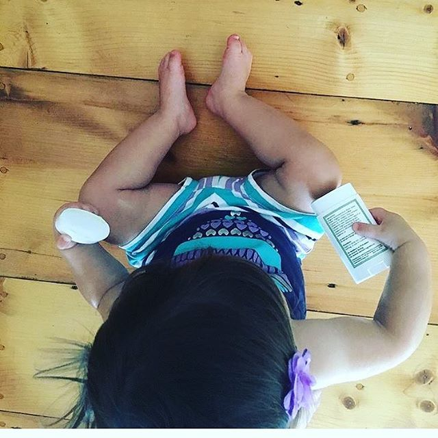 Our lotion bars are perfect for even the tiniest of humans.  How sweet is this munchkin applying her lotion bar herself! ❤ ⠀⠀⠀⠀⠀⠀⠀⠀⠀ #lotionbar #greenbaby #cleanskincare #greenmommy #greenfamily #veganskincare #cleanbeauty #nontoxicskincare #childhoodsimplified #thehappynow #cleanbeautyrevolution #vegan #cleanlifestyle
