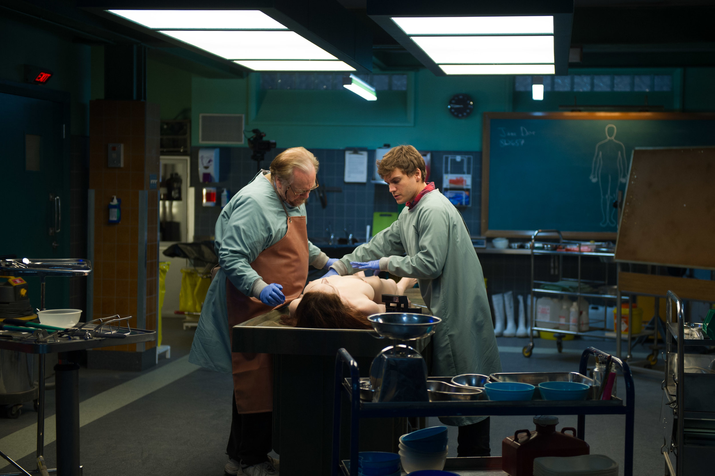 Brian Cox, Emile Hirsch and a corpse in  The Autopsy of Jane Doe  (2016, USA – dir. André Øvredal)