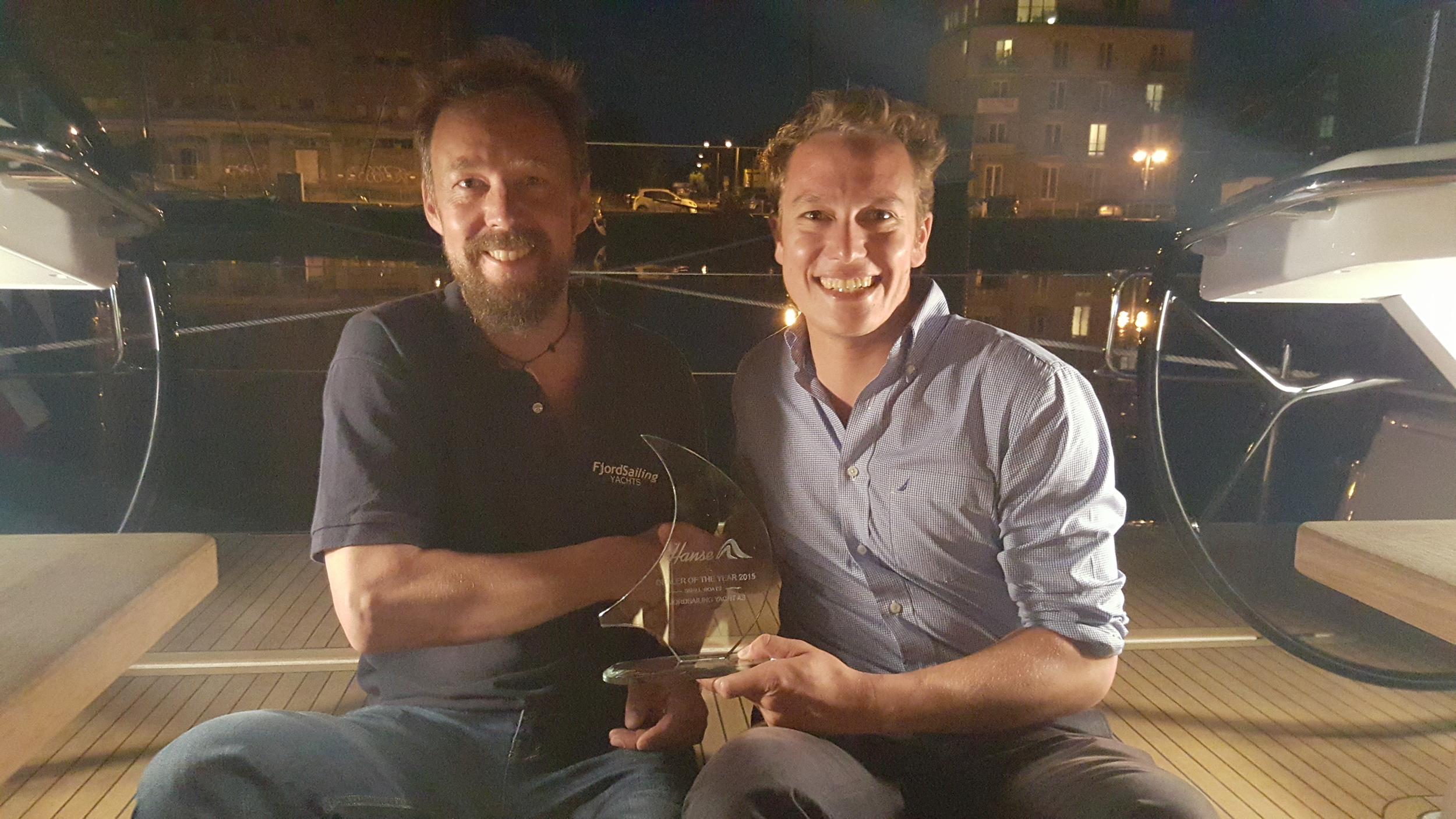 Bjørn-Vidar Bårtvedt fra FjordSailing Yachts AS og Marian Scheer fra Hanse Group AG ombord i en Hanse 575 klar for norsk kunde etter prisutdelingen.
