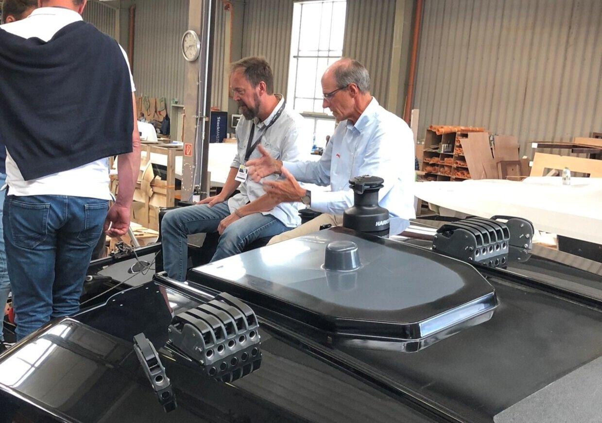 Bjørn-Vidar Bårtvedt og Karl Dehler diskutere nye løsninger  og plasseringer i den aller første full scale modell versjonen av Dehler 30 One Design i Greifswald.