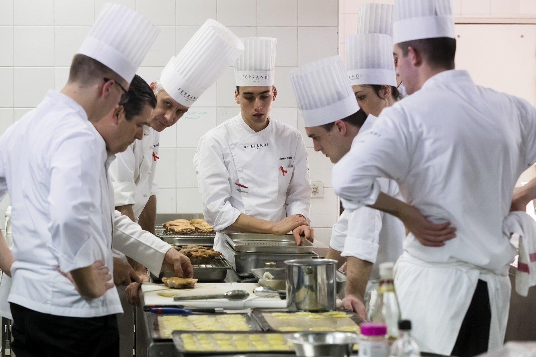 Les étudiants de l'école Ferrandi, lors du dîner organisé pour les Chefs Solidaires.  © Vincent Isoré