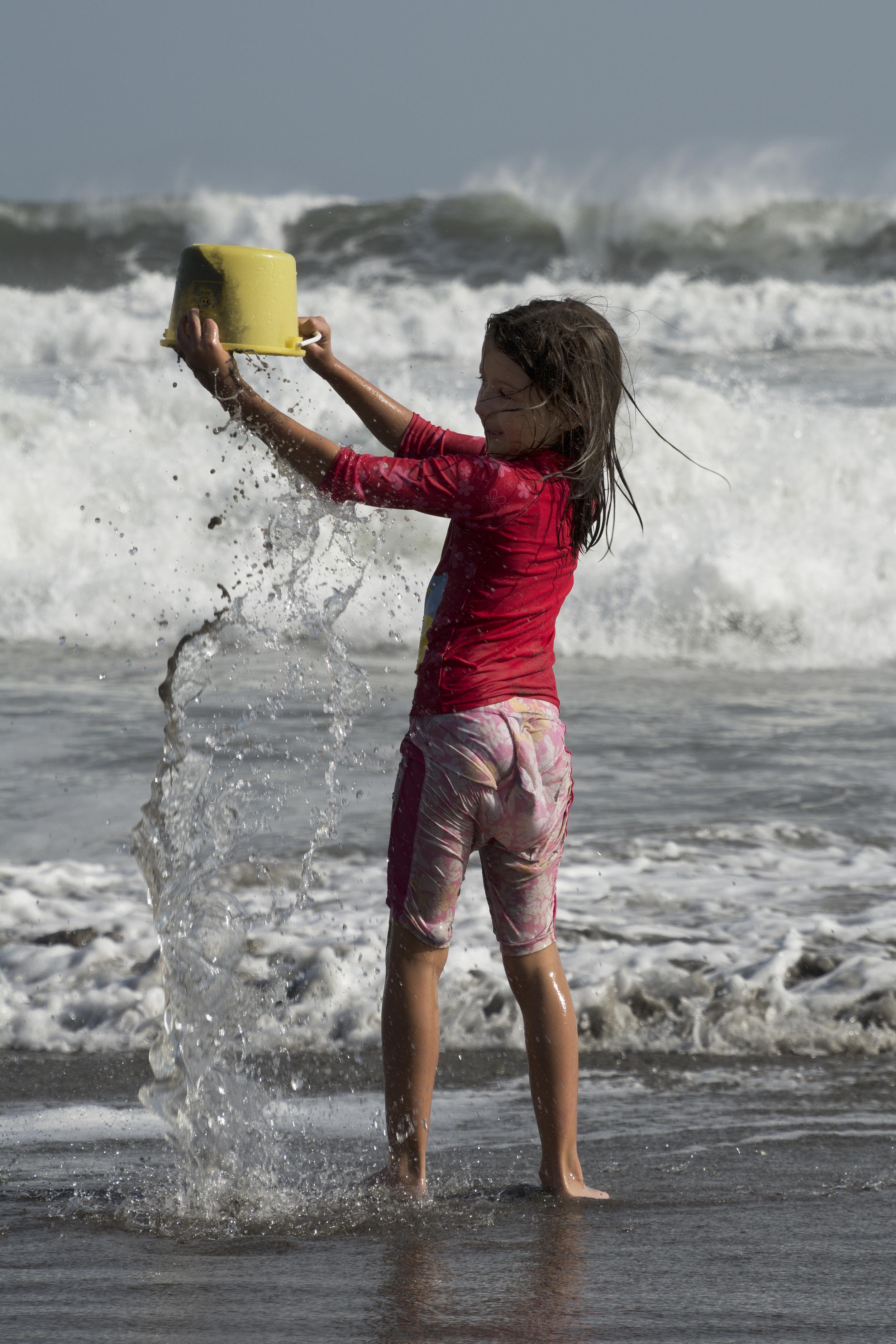 Bucket, water, and Grace. (Joya del Pacifico, El Salvador; Jul 2015)