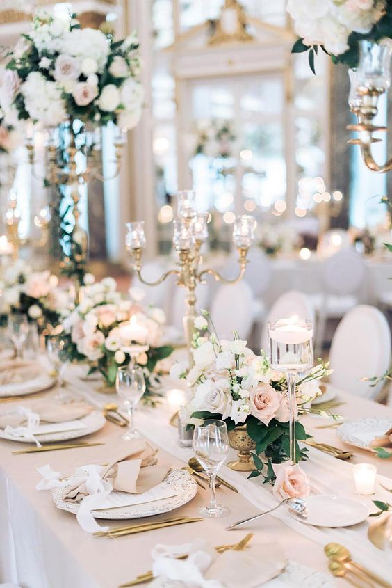 Looks like this are the perfect in between to the elegant, over the top looks and the more subtle and simplistic rustic looks. Blush colored blooms in lower compotes gives you the romance you need without going too wild!