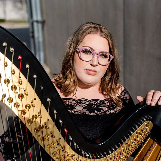 Holy daaaaaang, @maddewsa of @mbharp looking like pure FIRE for her new headshots yesterday! If you need a harpist, she is your lady!!! ❤️ MUA: @kayla_pritchard #peoriaillinois #headshots #harpist #centralillinoisphotographer