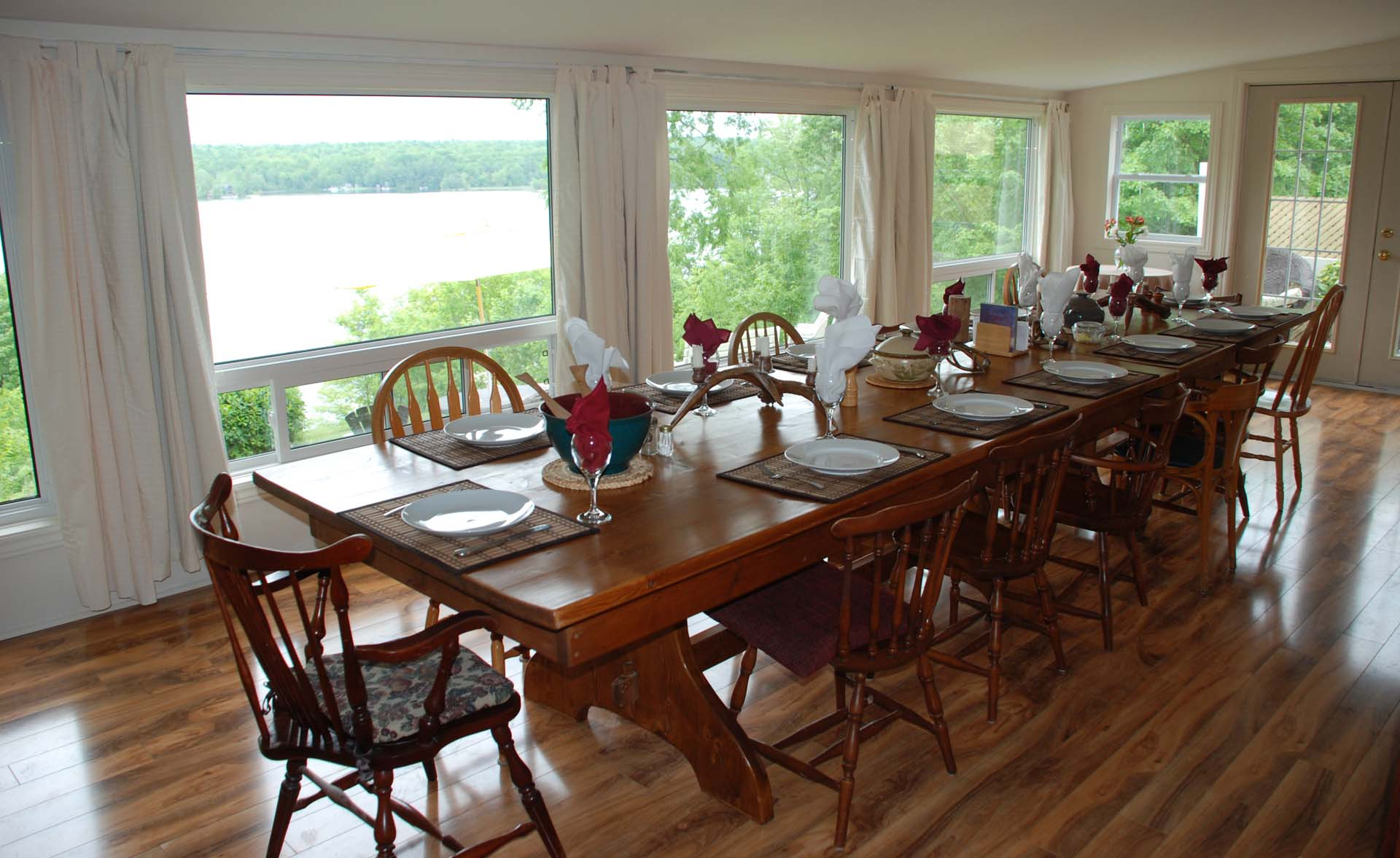 dining-room-overlooking-lake.jpg