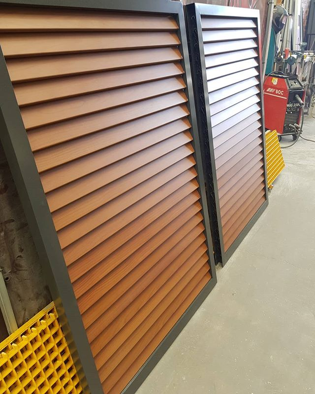 Louvred Action Wood slats with powdercoated Monument frame. Colour combo on point! #fences #fencemagic #sutherlandshire #stgeorge #aluminium #gates #slats #louvres #powdercoat #homeinspo #homeimprovement #build #building