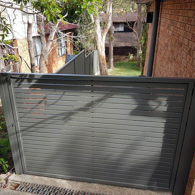 Horizontal slat swing gate with Colorbond fence. #fences #fencemagic #gates #gramline #aluminium #build #construction #homeinspo #homedecor #homeimprovement #strata #sutherlandshire #stgeorge