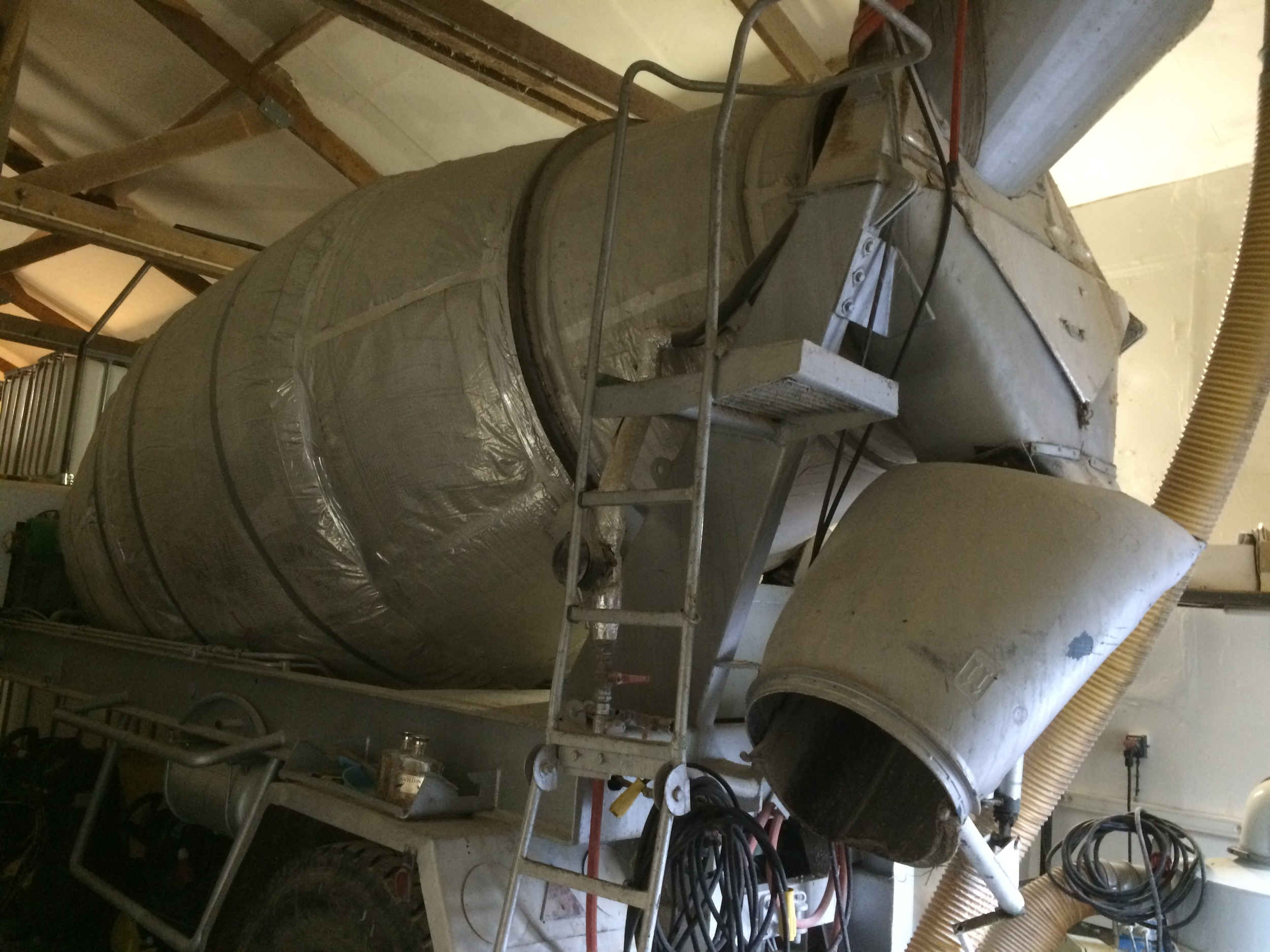 Cement mixer lorry adapted to mash