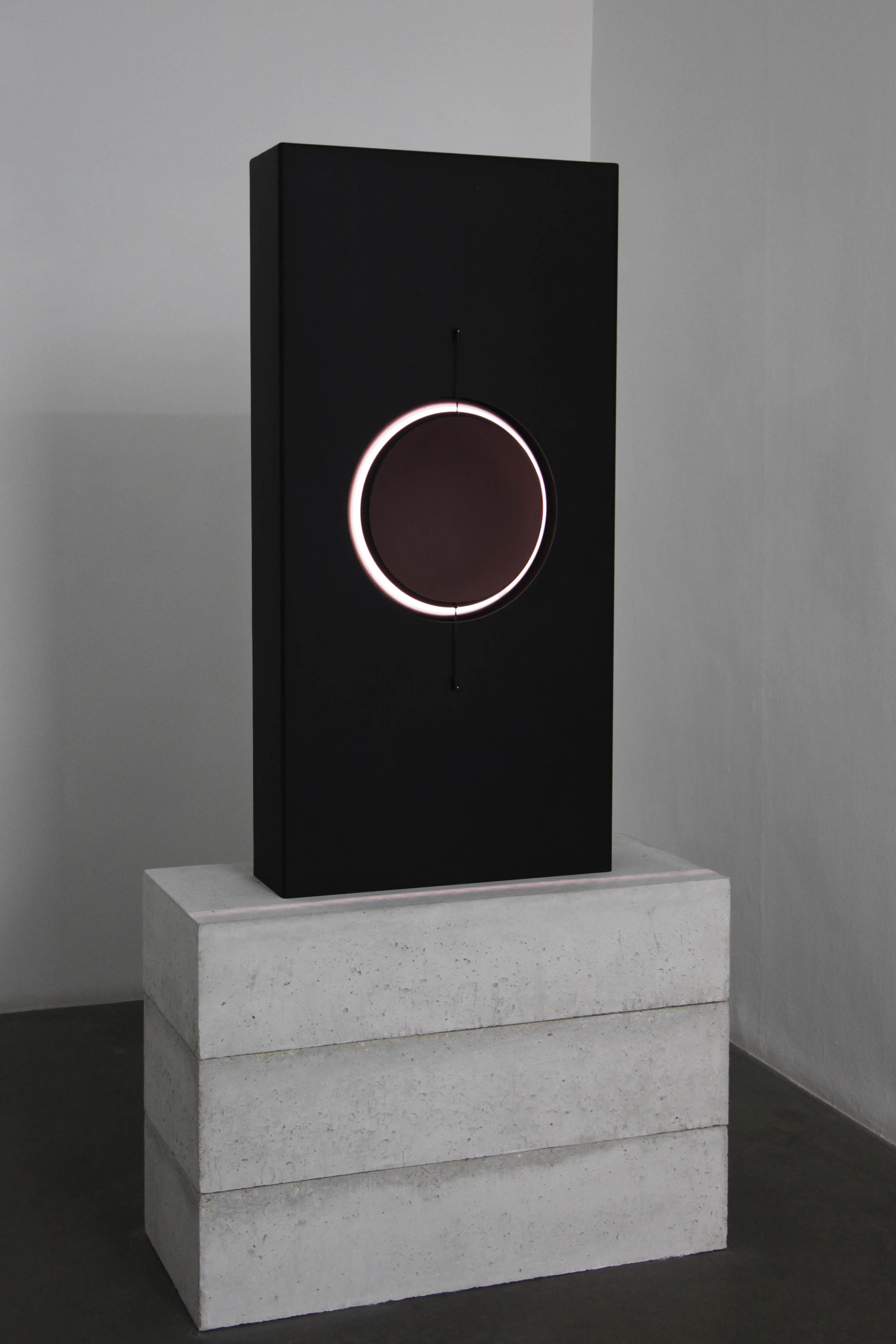 SPHEROLITHE   Floor sculpture Anodized, bead-blasted aluminum, LED light source 135 x 64 x 20 cm ed. 2/3