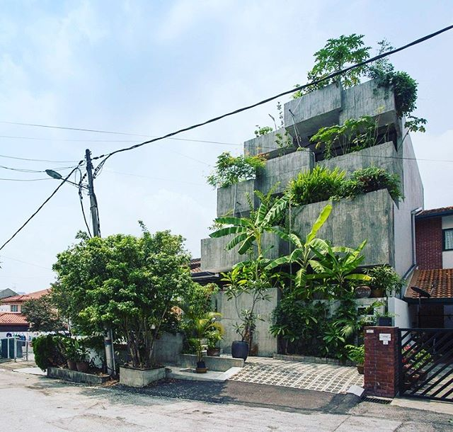 We love stacked rectangular volumes of planters / facade of the house.🌿💚 . . Project by Formzero in Kuala Lumpur.  #plantincitysupersized #gardendesign #sustainabledesign #FORMZERO #gardenhome